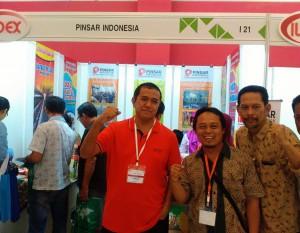 Singgih Januratmoko (paling kiri) di depan stand Pinsar Indonesia